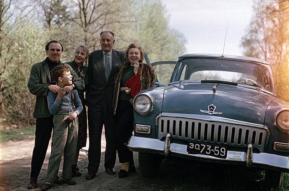 Советская семья отдыхает на природе